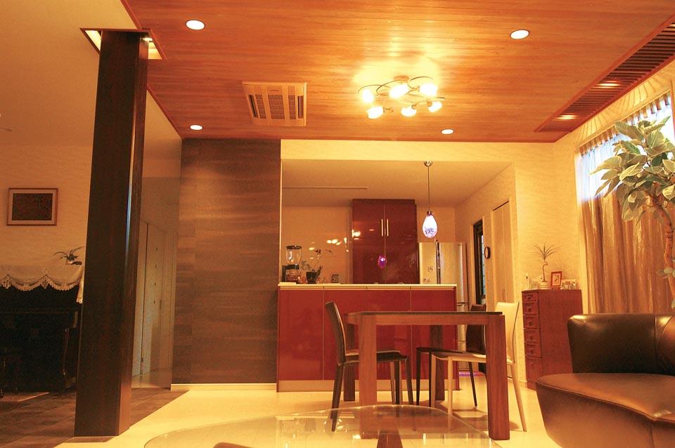 事例1:北側にあったキッチン&サニタリーを明るい南側に移動。LDの天井材の杉板はそのままに、特注焼きつけで色を合わせたダウンライトを仕込んだ。