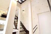 事例3 廊下を潰して反転させたストリップ階段を設置。移動したキッチンダイニングには、ポリカーボネートから採光を採り込んだ。