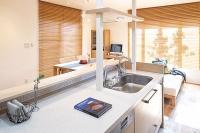 事例1:眺めのいいキッチンからは、四季の移ろいを楽しめる。