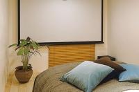 事例1:寝室兼シアタールーム。横になり、リラックスしながら映画鑑賞ができる。