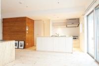 事例4 既存のユニットバスを移動し、広く明るいLDKを実現したA邸。漆喰の壁と肌触りのいいパイン材の床が心地よい。