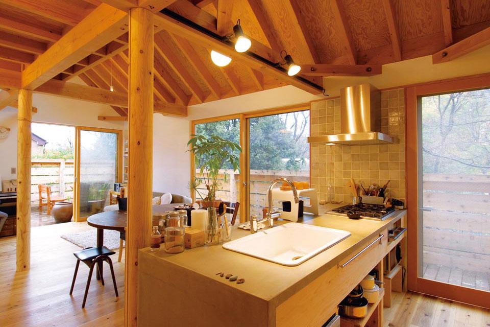 事例1:床材は国産の杉を使用し、壁は漆喰仕上げ。天井はラーチの合板をそのまま垂木現しで仕上げ広々と空間を取り、外断熱にした。デッキにもエクステリアの家具を置いて、家族団らんのくつろげる空間に。