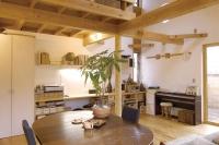 事例1:キッチンタイルは施主が貼り、手持ちの家具をそのまま使用。収納&ワークデスクは造作。ロフトは小さな子供と家族4人の寝室に。