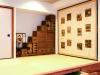 和室。代々受け継いできた200年ものの屏風と和箪笥を配置。和室を40㎝上げて設けた畳下の引出し収納。畳4枚分の大容量で、シナ材で造作した引出しは「軽くて出し入れが楽」と施主も大満足。