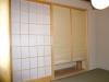 夫婦こだわりの本格的な純和室。出入りの際、障子は吊押入れの手前に引き込まれるよう設計。