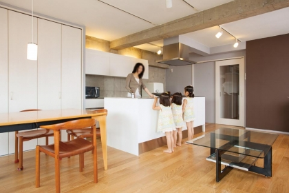 s-150-itx-01LDKは収納力も十分。背の高い夫婦のため、キッチンカウンターの高さには考慮した。自然光が差す気持ちのいい空間で、子供たちの顔を見ながら家事をする奥様。