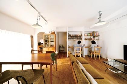 床は、質感がきれいなバーチのフローリングを選定。手持ちのお気に入りのソファをメインにインテリアをコーディネート。