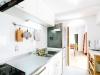 スペースを広げた独立キッチン。間仕切り壁には奥様の希望でアーチ型のデザインを施した。