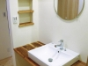 国産杉を活用したこだわりある洗面台。ホッとするやさしい温もりを持ち、和に偏らない洗練された雰囲気に仕上がっている。