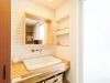 使い勝手のよいこだわりの洗面台は実験室用のもの。正面壁の白のブリックタイルがかわいらしい。