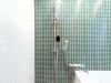 在来工法の浴室。グリーンのタイルが印象的だ。