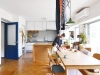 間仕切り壁を撤去してオープンキッチンに変更。DK中央にタモ無垢集成材のワークカウンターを配置。