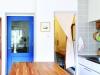 部屋のアクセントになっているブルーのリビングドアは、奥様こだわりのデザイン。