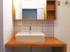 タモ無垢集成材の洗面カウンターが温もりのある雰囲気に。