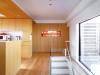 造作壁面家具は、面材をハードメープルの突き板に統一。温もりのある雰囲気に。