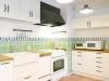 K床はテラコッタタイル貼り、壁のモザイクタイルがデザイン性のある空間に。キッチン本体はIKEA。