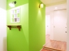 玄関。ライムグリーンにペイントした壁には英アンティークの小窓が。壁は白の漆喰塗りで空気質に考慮した。