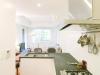 オリジナルキッチンの壁には時間をかけてセレクトしたモザイクタイルを貼り、明るい印象に。