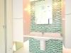 フィリップ・スタルクデザインの陶器製洗面ボウルカウンターと水栓に爽やかなモザイクタイル。
