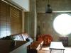 施主お気に入りの丸窓がリビングの抜群のアクセントになっている。