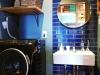 深いブルーのタイルが効いている洗面室は施主自らDIY塗装した。