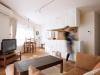 セミオープンのキッチンを囲むように家具がレイアウトされたLDK。