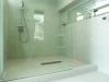 シャワールーム+トイレ+ランドリースペースをワンルームに。顔の高さに合わせて3mのミラーを設置。