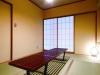 凛としたなかに安らぎを感じる和室は、天井をモルタル塗りにし、色みを調和。