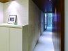 壁の凹凸が気になっていた廊下は、アプローチの角度を変えて凹凸を解消。すっきりとした印象に。