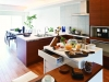 アイランドカウンターと軽食スペースを設けたキッチンからは、LDと和室を見渡せる。