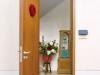 趣のある背の高い木製玄関扉を開けると、木の香りがほのかに漂い、質のいいライフスタイルを想起させる。