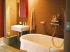 壁を取り除いたオープン仕様のバスルーム。排水金具や風呂栓など修理を要するパーツには日本製を採用。
