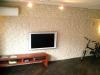 間接照明のやわらかい明かりが、粗削りで無骨な石貼りの壁に陰影をつくる。