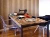 """テイストに合わせた古材のダイニングテーブルや""""いずれ""""現れるパートナーのためにカルテルのアクリルチェアをチョイス。"""
