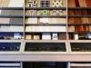 壁タイルや床材サンプルも展示。実際に色合わせしながらコーディネートできる。