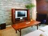 ウォルナットの木目が美しいTVが収納できる開閉式キャビネットは、同社オリジナルのデザイン。