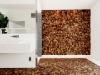 サニタリースペース。チークの端材をシート状に組み合わせたエコロジカルな内装材を床と壁に使用。デザイン性があるうえに素肌に馴染みがよく、長く使い込むほどに味の出る素材だ。