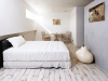 2階洋室。フランスの大手建材メーカーから輸入した白塗装の無垢のフローリング。窓側の一角にはデッキ風に床材を変え、掃き出しの窓を開けるとテラス仕様に。