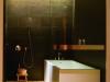 床と天井の桧葉材、タイルの素材感、照明の効果など心休まる浴室。