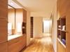 やさしい印象を持つオーク材の洗面台とリネン収納。その先にはワードローブ、そして寝室へと続く。