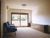 築40年のマンションをスケルトンリフォーム。窓から自然を眺めることができるリビングは、サイザルカーペットの床とオーダーメイドの家具で心落ち着く空間に。