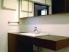 シンプルで清潔感のあるサニタリースペース。洗面台と鏡の枠はナラ材。