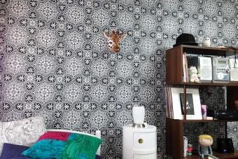 事例1:バッキンガム宮殿など、由緒ある建物に使用されている英国老舗ブランドのエレガントな「コール・アンド・サン」のPiccadilly(ALBEMARLE)シリーズ。アンティークなタイル柄で、寝室をアートのような空間に。