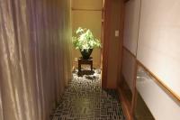 事例1:和室前の広縁。床には海をイメージしたタイルを貼り、突き当たりにピンスポットを。グリーンがよく映えるフォーカルポイントに。