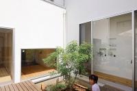 事例3 施主の舅が設計した間取り図をもとにモダンな仕上がりにと依頼。中庭に設えたデッキには、しまとねりこの常緑樹が潤いを与えている。
