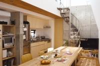 事例4 RC造の3階建て自邸+賃貸。17mという土地の長さをうまく活かした家族4人の住宅。螺旋階段を上がると見晴らしのいい屋上に。