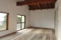 事例2 雑誌で一目惚れしたという中古の足場板を床材に使用。壁は漆喰、天井は当初の予定を変更し、立派な梁をそのまま見せる天井現しに。