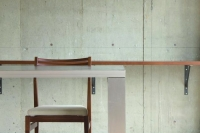 事例1:力強い素材感を放つオリジナルK&Dカウンターは墨入りモルタルで製作。ダーク色の天板が落ち着いた空間を演出。