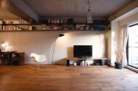 事例2 2人家族のマンションリノベーション。一切の無駄なものを排したシンプルな空間に、ワイヤーで吊るした無垢のスチール板を設置。力強い素材感が機能美を際立たせている。