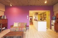 事例3 築40年マンションを自宅兼事務所としてリノベーション。床は杉古材のフローリング、壁は施主が選んだ鮮やかなメキシカンカラーでアクセントウォールに。